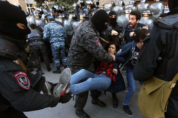 Satoja mielenosoittajia on pidätetty Jerevanissa.