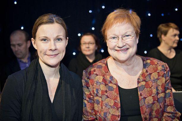 Iloiset Anna ja Tarja vuonna 2012 Tanssii tähtien kanssa -finaalin yleisössä.