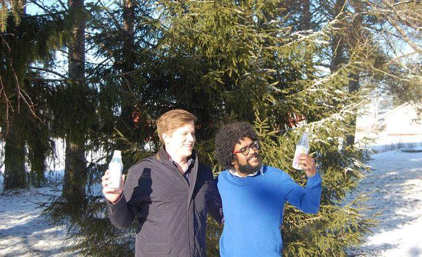 Jouni Aura ja Rathan Kumar saivat erikoisen idean puhtaan ilman pullottamisesta ja myymisestä matkamuistoiksi.