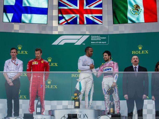 Sergio Pérez (oikealla) nousi huhtikuussa ajetun, erittäin tapahtumarikkaan Azerbaidzhanin GP:n palkintokorokkeelle yhdessä Kimi Räikkösen ja Lewis Hamiltonin kanssa. Näky oli erittäin harvinainen, sillä pienempien tallien kuljettaja on nähty podiumilla vain kahdesti viimeisten kahden kauden aikana.
