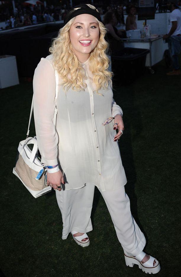 Hayley Hasselhoff verhoutui valkoiseen.