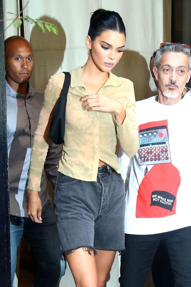 Kuin bermudat! Malli Kendall Jenner suosii pidempää sortsimittaa väljempienkin farkkujen kohdalla.