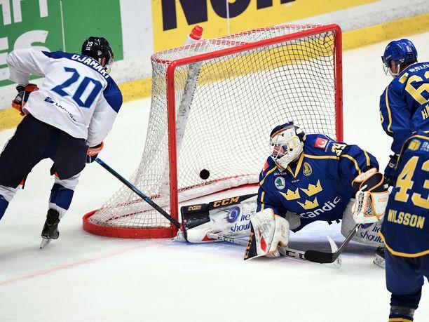 Niko Ojamäki iskee Suomen 2-2-tasoituksen Adam Reidebornin vartioimaan Ruotsin maaliin.