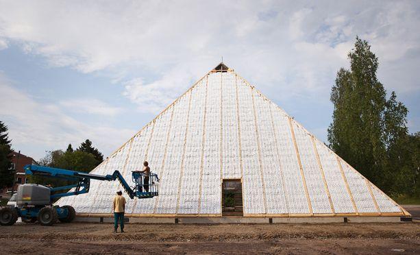 VESSAPAPERIPYRAMIDI Kokemäellä voi tänään vierailla vessapaperista valmistetussa Kheopsin pyramidissa. Rakentamiseen käytetyt vessapaperirullat voidaan ohjata vessapaperiyrittäjä Arto Korpelan mukaan sataprosenttisesti uusiokäyttöön.