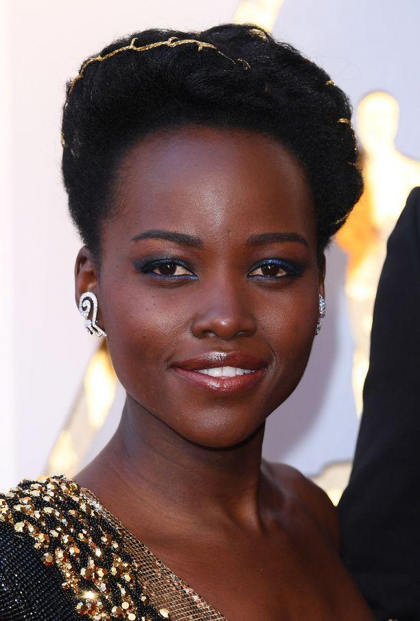 Helppo mutta näyttävä meikki-idea: kokeile mustan sijaan safiirinsinistä rajausta Lupita Nyong'on tapaan.