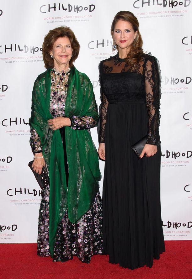 Kuningatar Silvia ja prinsessa Madeleine saapuivat gaalaan yhdessä.