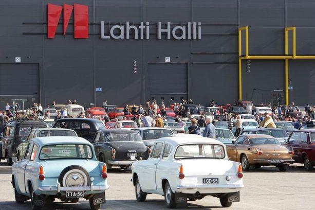 Classic Car ShowŽn pihamaalla on toinen autonäyttely, kun yli 30-vuotiaat autot voivat pysäköidä siellä ilmaiseksi.