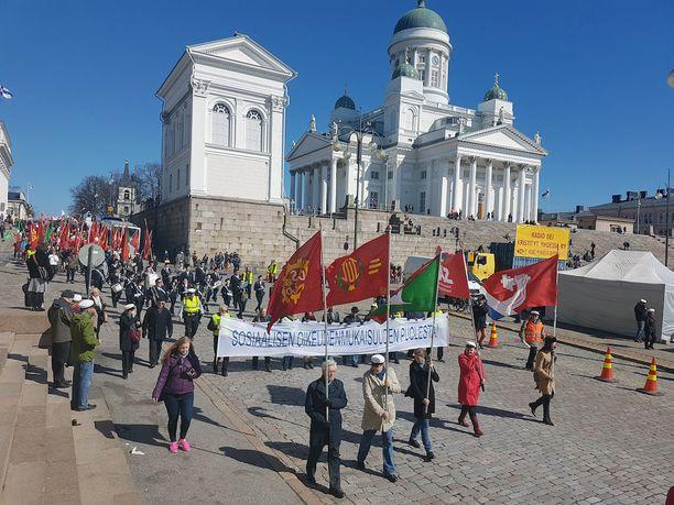 Marssi katkaisi ajoittain liikenteen Helsingin keskustassa.