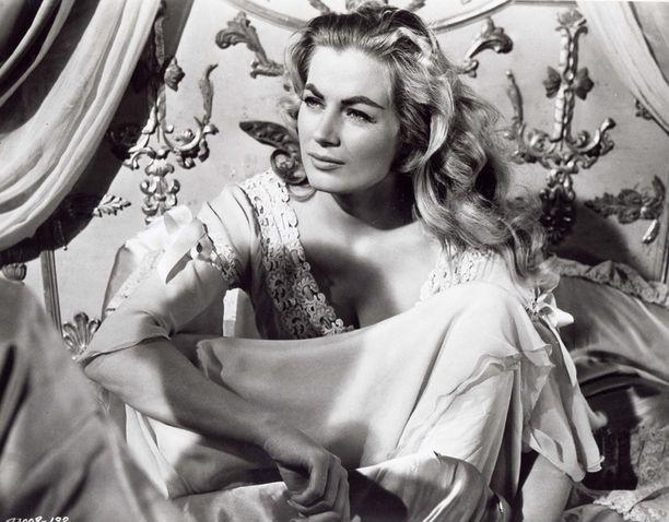 Anita Ekberg elokuvassa Sota ja rauha (1956).
