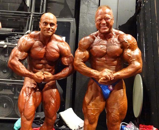Floridan ammattilaiskisassa vuonna 2015 kakkoseksi sijoittunut Lukas Osladil ja Timo Honkala poseeraavat lavan takana.