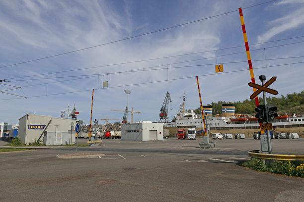 Mies tuomittiin turvapaikanhakijoiden kuljettamisesta Turkuun. Arkistokuvaa Turun satamasta.