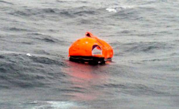 Aluksesta irronnut pelastuslautta ajelehti merellä.