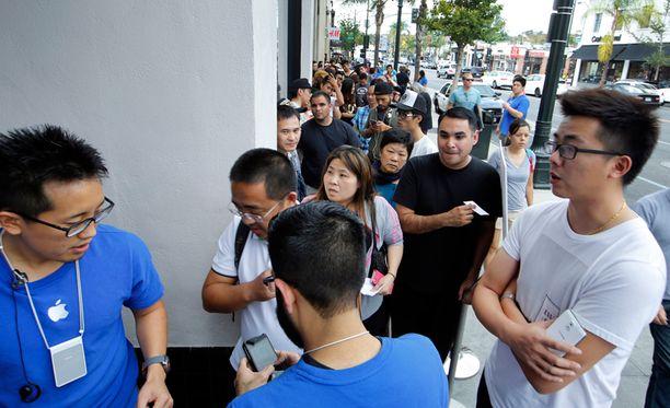 Kortteleita kiertänyt jono iPhonea ostamaan tulleista ihmisistä odotteli Apple Storen aukaisua Kaliforniassa perjantaiaamuna.