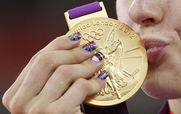 Iso-Britannian Laura Trott suuteli kultamitaliaan.