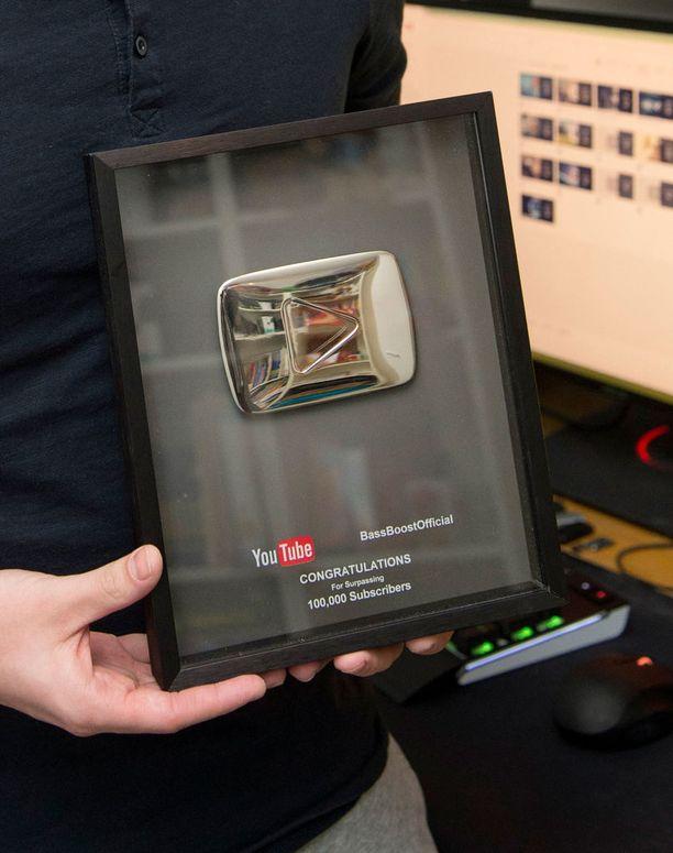 Valpas sai Youtubelta onnittelutaulun aikoinaan, kun BassBoost-kanavalla meni rikki 100 000 tilaajan raja. Nyt tilaajia on jo 10 kertaa enemmän, yli miljoona!