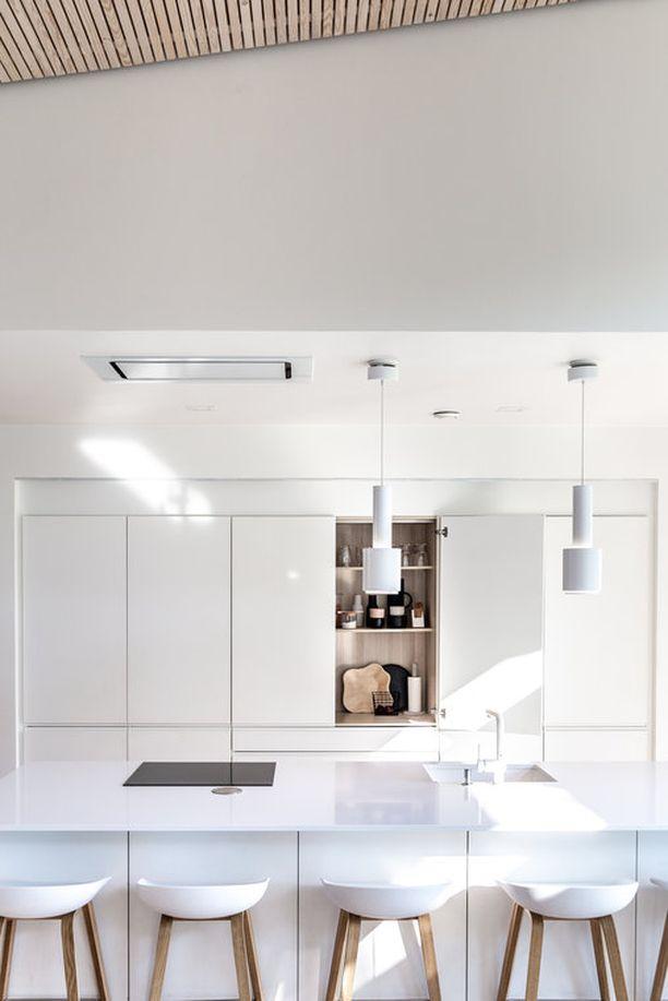 Tässä on monen suomalaisen suosikkikeittiö. Valkoinen, vedikkeetön keittiö on raikas ja eleetön ratkaisu. Valkoinen keittiö on myös myyntitilanteessa valttikortti. Tällainen keittiö on helppo pitää siistinä, kun säilytystilaa on reilusti ja kaiken saa kaappeihin piiloon.