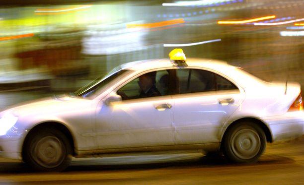Paikallisten viranomaisten mukaan sekä taksinkuljettajaa että taksikeskuksen päivystäjää syytetään ainakin turvallisuusvaatimusten rikkomisesta ja välinpitämättömyydestä. Kuvituskuva.