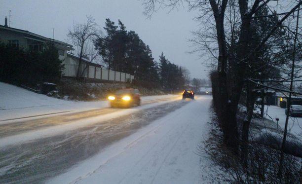Espoon Mankkaalle lunta satoi lauantaina iltapäivällä.