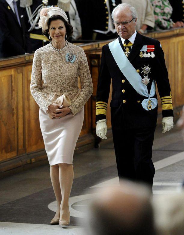 Kuningatar Silvia pukeutui hiekansävyiseen juhla-asuun.