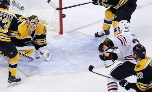 Chicago-laituri Ben Smith ohitti Tuukka Raskin.