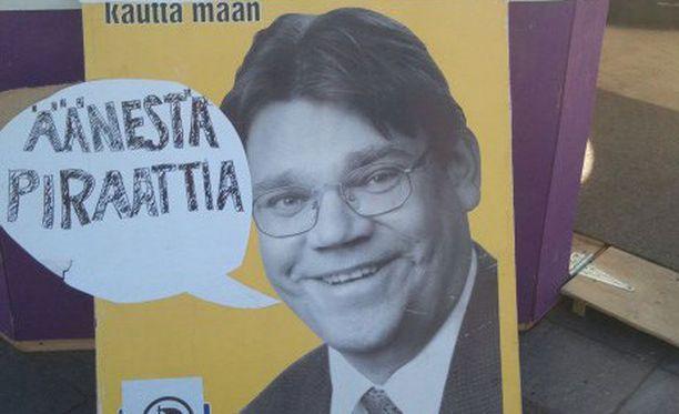 Perussuomalaisten puheenjohtaja Timo Soini kelpasi myös piraattipuolueen mainokseen.