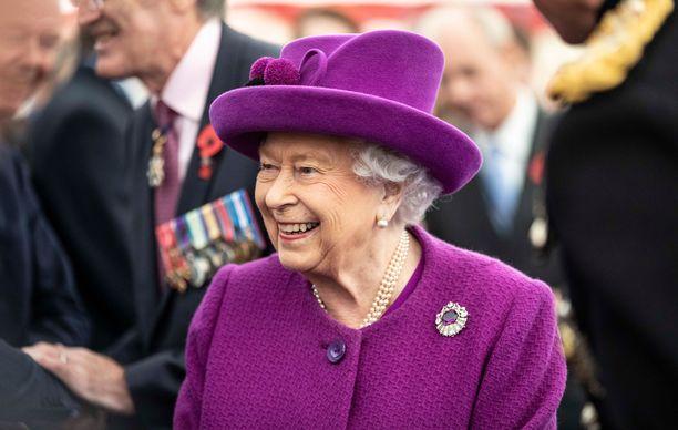 Kuningatar Elisabetilla on paljon kestettävää pesueessaan.