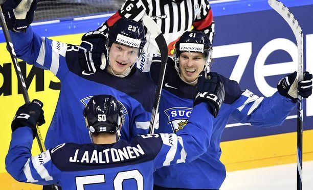 Joonas Kemppainen (vas.) iski Leijonien toisen maalin Juhamatti Aaltosen passista.