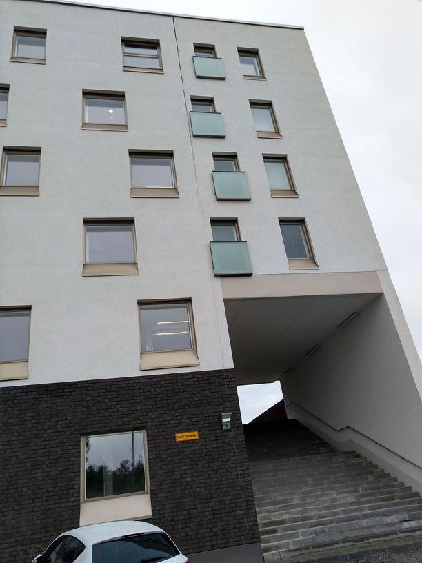 Haljennut talo sijaitsee Linjaloistokadun ja Kummelivuorentien kulmassa. Perustusantura on liikkunut talon valmistumisen jälkeen. Laajenema on talon yläreunassa vajaa 4 senttimetriä.