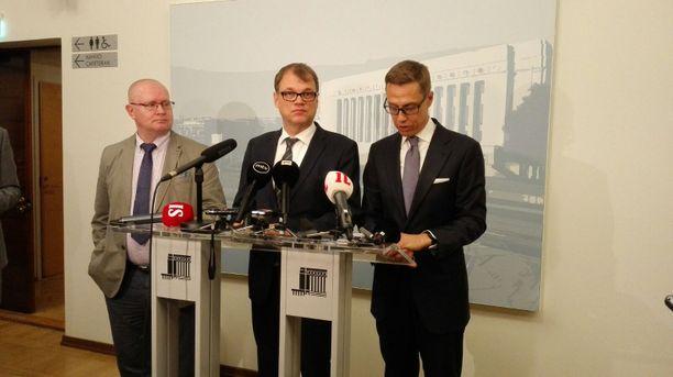 Työministeri Jari Lindström (sin), pääministeri Juha Sipilä (kesk) ja valtiovarainministeri Alexander Stubb (kok) kilpailukykysopimusta koskevassa lehdistötilaisuudessa 2016.