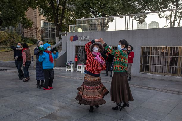 Naiset tanssivat viime viikonloppuna Kiinan Wuhanissa, jossa elämä on palautunut jo lähelle normaalia.