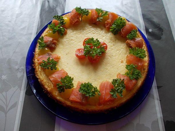 Parmesaanijuustokakun voi koristella esimerkiksi kylmäsavulohella.