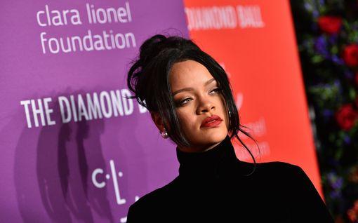 """Rihanna valitsi uskonnollisen korun alusvaatekuvaansa – seuraajat hämmentyivät: """"Miksi?"""""""