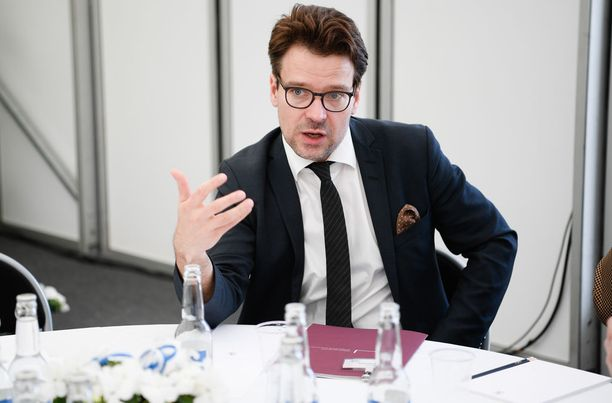 """Vihreiden entinen puheenjohtaja Ville Niinistö ei ole perustuslakivaliokunnassa lepäämässä, kuten pankkiiri Björn """"Nalle"""" Wahlroos tuoreessa pamfletissaan väittää."""