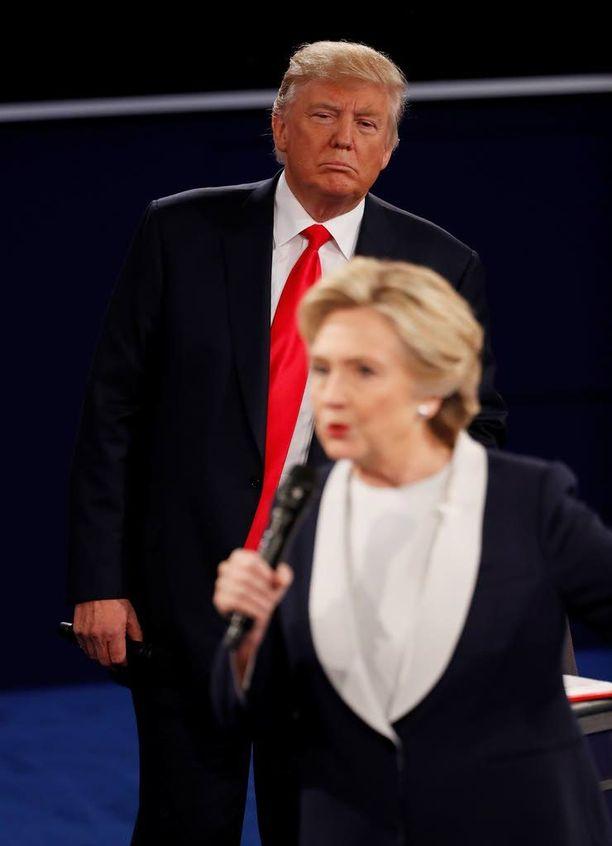 Trumpilla oli tapana seistä, kun Clinton puhui ja tämä tallentuikin usein tv-kameroiden kuviin taustapiruna. Trumpin puhuessa Clinton useimmiten istui omalla paikallaan.