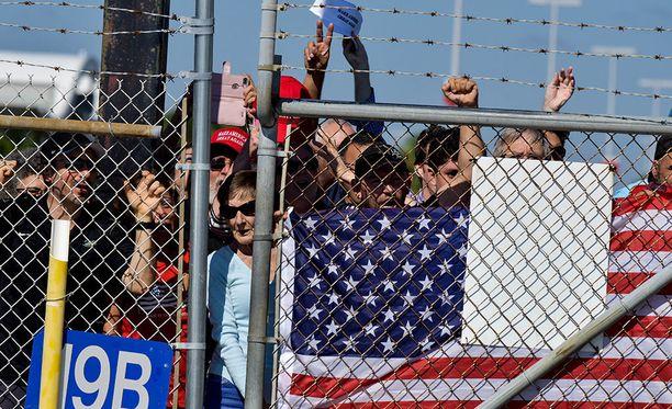 Dallas Morning News -lehden mukaan Trumpin kannattajia oli Corpus Christin paloaseman edustalla muutamia satoja.