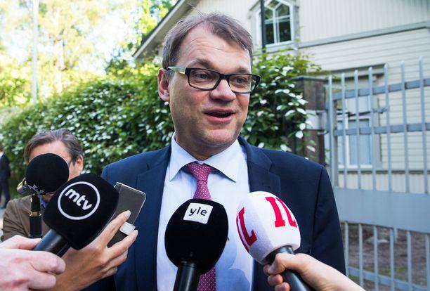 Juha Sipilän luotsaama hallituspuolue keskusta jätti oppositiossa aiemmin kovaa kannatusta keränneen SDP:n taakseen.