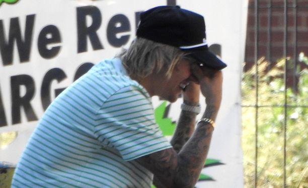Vastakihlautunut Justin Bieber kuvattiin kadulla itkemästä New Yorkissa. Hän kävi tiivistä keskustelua ja murtui sen aikana itkuun.