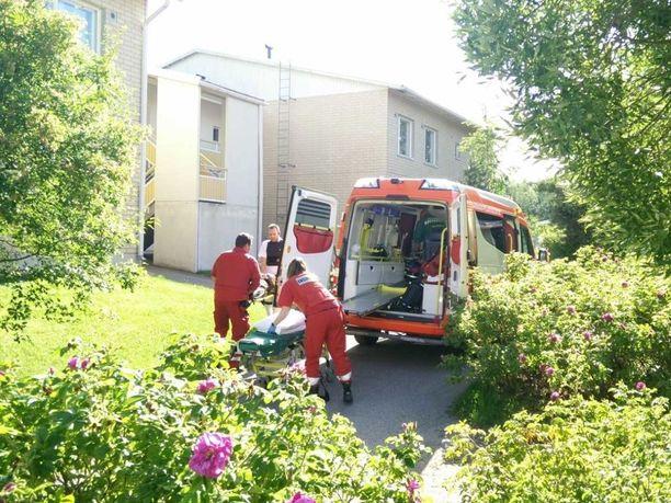 Ensihoitajat veivät haavoittuneen henkilön sairaalaan.