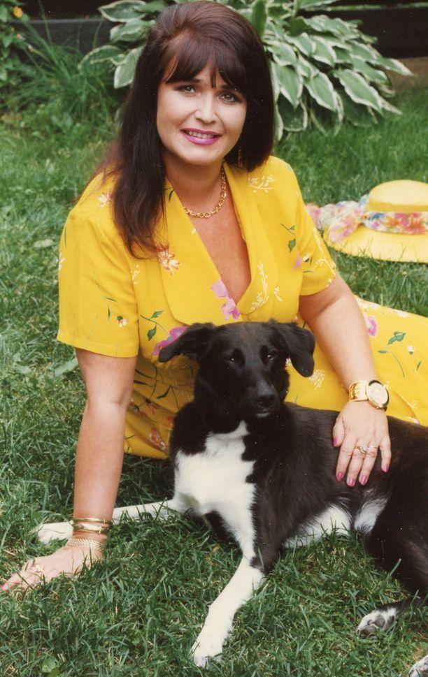 Meijulla oli vuosikausia rakas, sekarotuinen Mimi-koira. Hän purki hellyyttään koiraan.