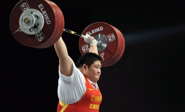 ...ja rauta komeasti ilmassa. Kiinalainen Zhou Lulu on todellinen voimanpesä.