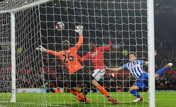 Romelu Lukaku (kesk.) puskee Manchester Unitedin voittomaalin Brightonin verkkoon.