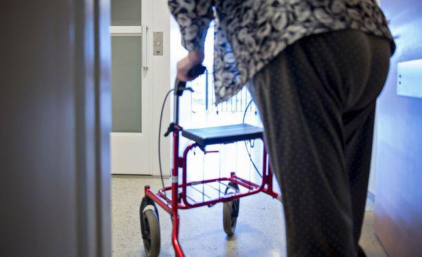 Kotihoidossa työskennellyt hoitaja jätti työnsä, koska työvuorot oli suunniteltu niin, ettei työtä pystynyt tekemään kunnolla. Vanhuksen kotona käyntiä varten oli varattu liian vähän aikaa, eikä hoitajalla ollut aikaa edes pissataukoon.