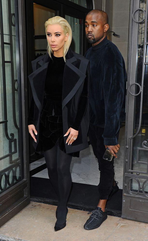 Kim ja Kanye olivat matkalla muotinäytökseen.