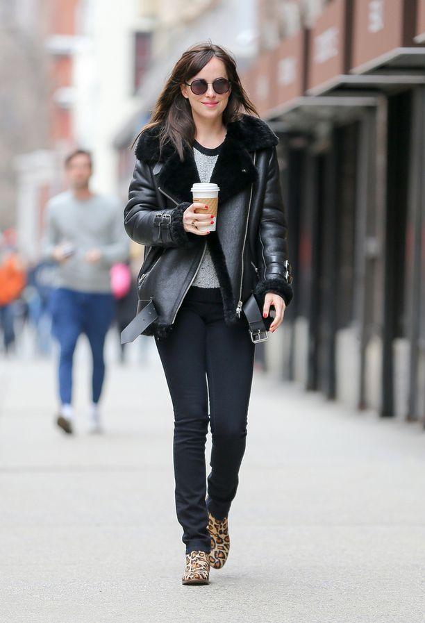 Dakota Johnson hymyilee upeassa shearling-takissaan.