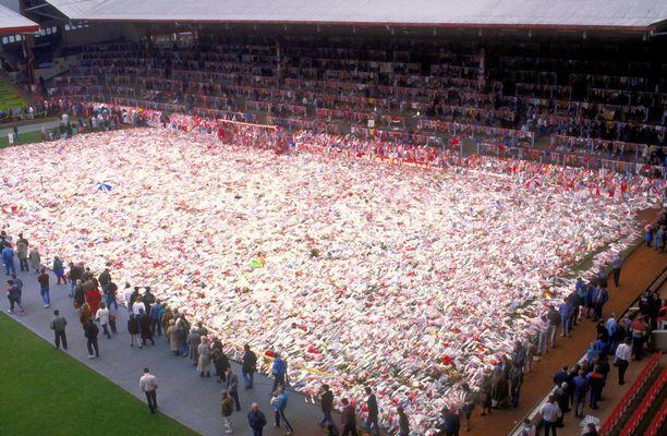Anfieldin stadionilla muistettiin Hillsborough'n uhreja valtavalla kukkamerellä kuusi päivää katastrofin jälkeen.