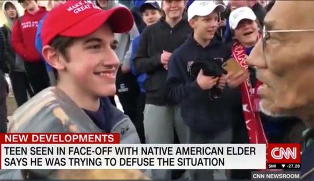 MAGA-lippalakki, naureskeleva ja huuteleva poikajoukko sekä iäkäs alkuperäisasukas. Tästä tilanteesta kuvattu lyhyt video sai aikaan melkoisen sopan Yhdysvalloissa.