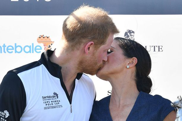 Prinssi Harry ja herttuatar Meghan upposivat suudelmaan.