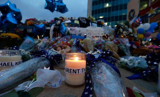 Ampujan luoteihin kuolleita poliiseja muistettiin kynttilöin Dallasissa.