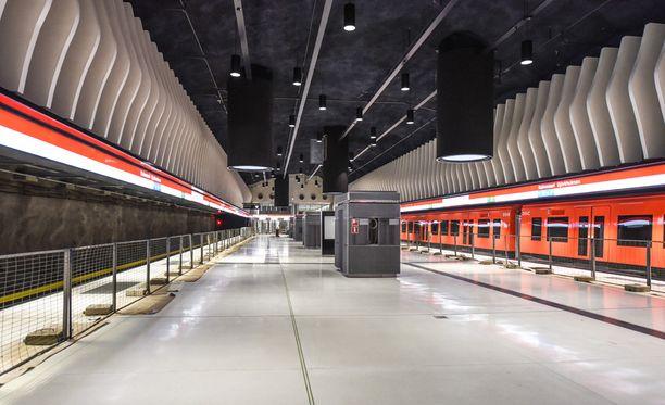 Koivusaaren metroaseman laituri on 30 metriä maanpinnan alapuolella. Yläpuolelle loiskuu merivesi ja laiturilla seistessä tunnelma on kuin seisoskelisi merenpohjassa.