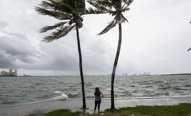 Floridan Miamin Biscaynen lahdella on jo kova tuuli ja isot aallot.